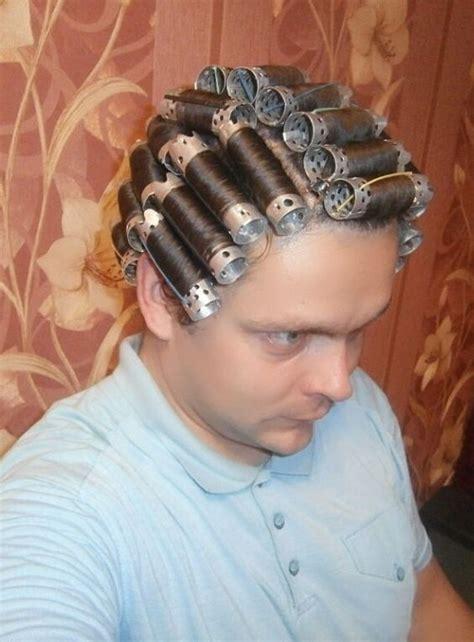 jeune homme mise en plis hair rollers hair setting
