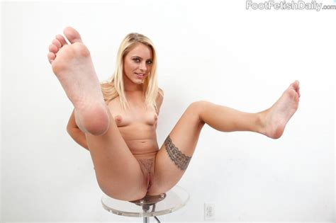 cameron canada shows her sexy body and nice feet my