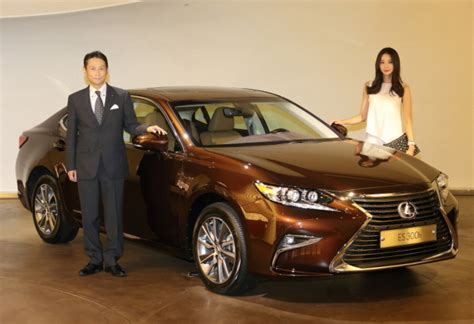 lexus debuts all new es sedans