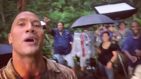 jumanji nuovo film jumanji dwayne johnson pubblica un nuovo video dal set