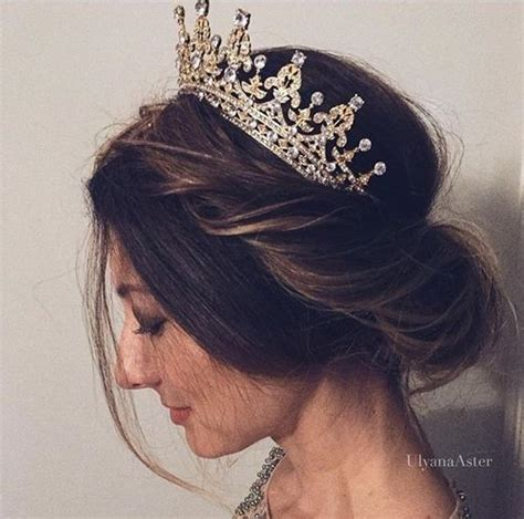 Wedding Hairstyles With Side Tiara by Best 25 Tiara Hairstyles Ideas On Wedding