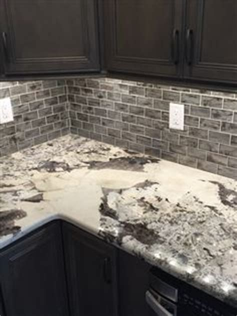 küche backsplash glass subway fliese brown granite with small white subway tiles and