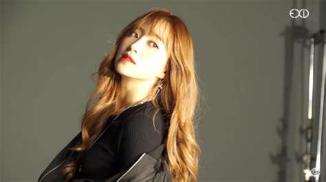 Kaos Exid Korea Kpop hani exid pose dan tunjukkan perut rata di