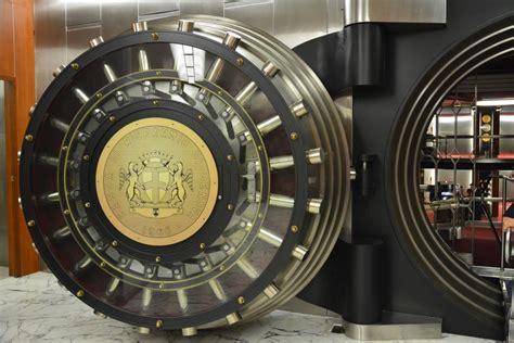 banc carige porta blindata di ingresso al caveau di banca carige a