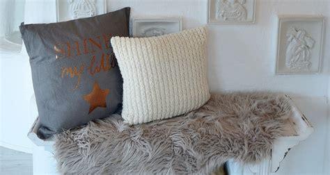 decken und kissen kuscheliges wohnzimmer mit decken und kissen depot