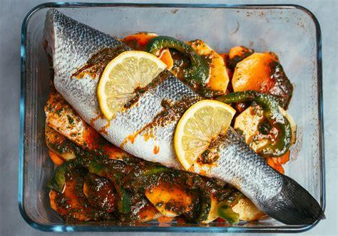 comment cuisiner le p穰isson recette du poisson au four fa 231 on tajine les d 233 lices d amal