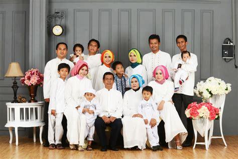 Kalung Giok Bermotif Wanita Suci pilihan warna baju muslim agar foto keluarga tak cantik