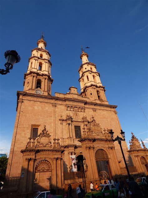 Ordinary City Church La #3: 1200px-Vista_de_la_Catedral_de_Le%C3%B3n_%28M%C3%A9xico%29_al_atardecer._01.JPG