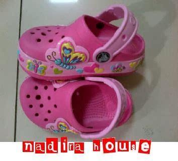 Sepatu Nike Yang Bisa Nyala nadira house sepatu sandal crocs anak perempuan bisa menyala kupu kupu