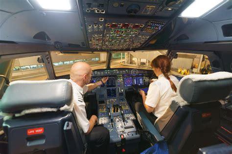 cabina pilotaggio aereo piloti nella cabina di pilotaggio di aerei immagine