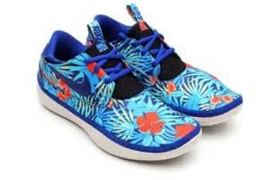 nike hawaiian print shoes hawaiian printed plimsolls nike solarsoft