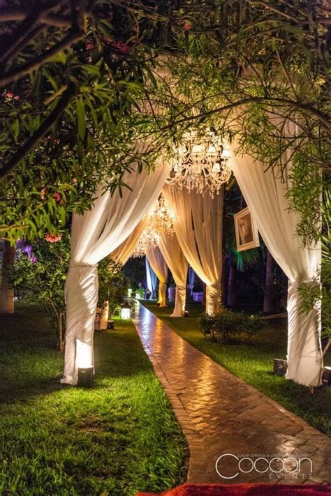gorgeous walkway ideas leading guests   wedding