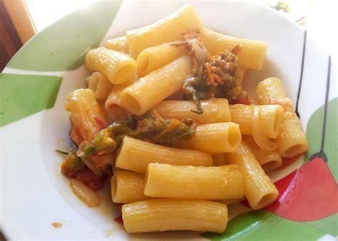 ricetta pasta con fiori di zucchina rigatoni ai fiori di zucchina