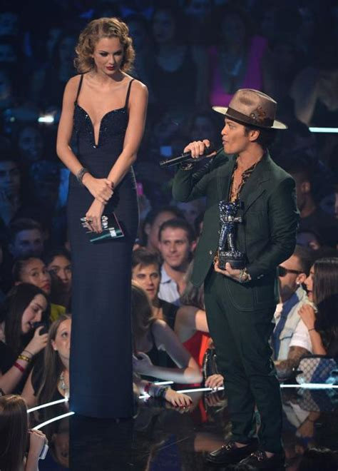 bruno mars height taylor swift taylor swift towers over bruno mars funny faxo