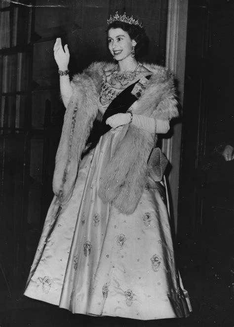 26th June 1952: Queen Elizabeth II arriving at an evening