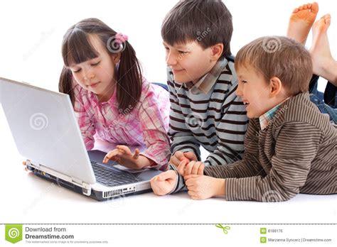 imagenes niños usando computadoras ni 241 os con la computadora port 225 til imagen de archivo libre