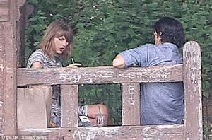 taylor swift bendy boat railing taylor swift helps fan to dock boat during outing in