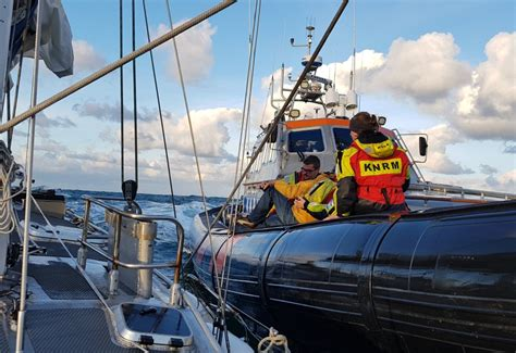 noodsignaal scheepvaart knrm in actie na noodsignaal op zee strandweer nu