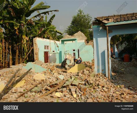 earthquake yogyakarta village houses destroyed by the may 29 2006 yogyakarta