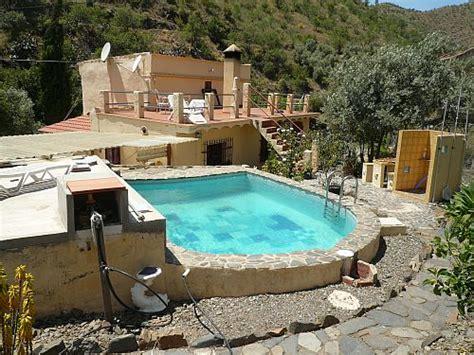 pool badezimmerideen spanischer naturstein pool am haus mit aussendusche