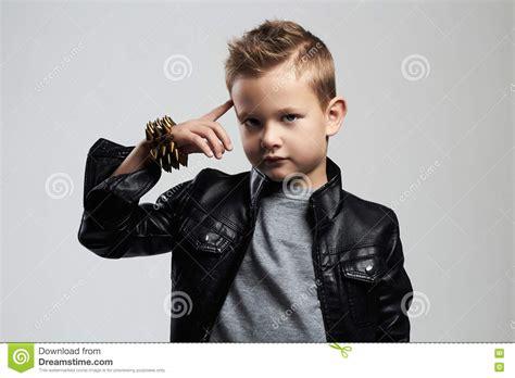 Bambino Alla Moda In Cappotto Di Cuoio Bambino Alla Moda