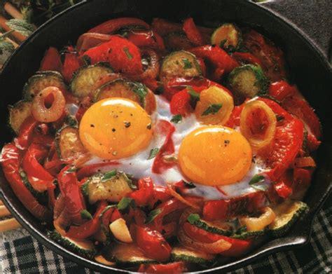 cucinare le zucchine in padella peperoni in padella con uova zucchine e pomodori le