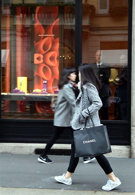 conto in per giovani lo shopping per conto terzi dei giovani cinesi corriere it