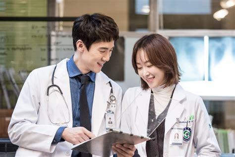 bioskopkeren romantic doctor teacher kim yoo yeon seok memandang seo hyun jin penuh cinta di drama