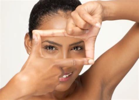 Wajah Afro perawatan untuk kulit kombinasi di sana