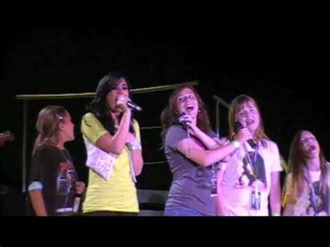 demi lovato singing happy birthday fans singing happy birthday to demi lovato w the jonas