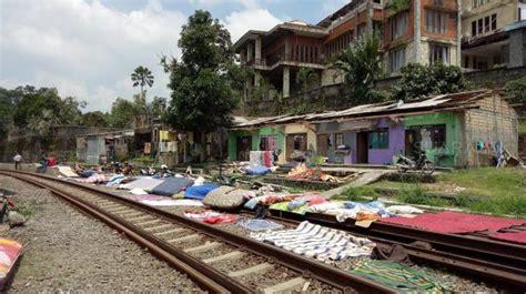 Kasur Mobil Bogor beliung di bogor rel kereta jadi tempat jemuran kasur