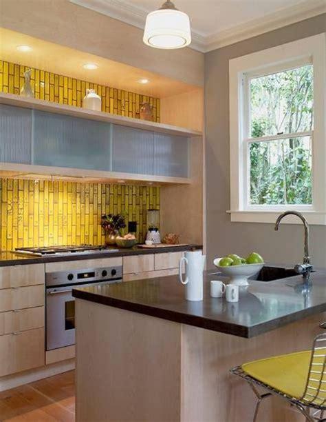 yellow grey kitchen ideas iluminaci 243 n de los gabinetes de cocina