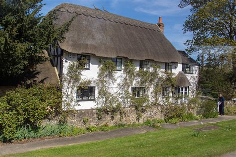 file thatched roof cottage cotswolds 2016 jpg