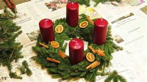 dekoration adventskranz diy adventskranz kranz mit tannengr 252 n selber machen