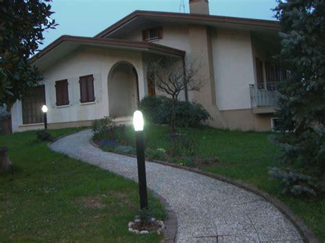 illuminazione esterna casa casa con illuminazione notturna esterna impianto ad isola