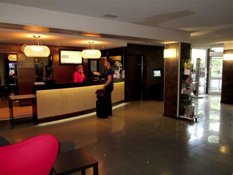 Comptoir De Reception Hotel 2480 by Am 233 Nagement De L Accueil Et Du D Entr 233 E H 244 Tel