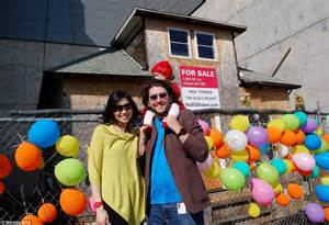 up house seattle visitors bid farewell to real life up house in seattle which now faces demolition