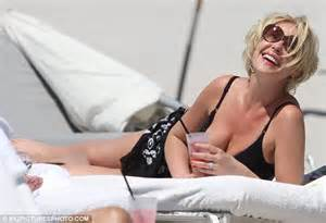 heigl takes a break to take some puffs from her electronic cigarette katherine heigl shows off slimline body in a black bikini