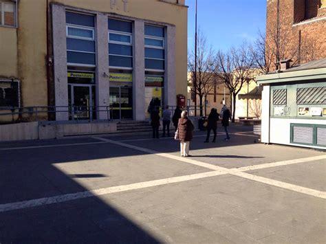uffici postali roma centro pomezia rapina all ufficio postale in piazza terrore tra