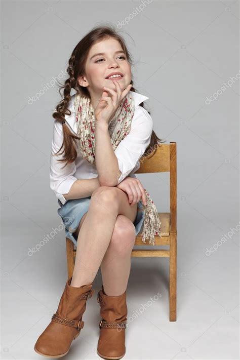 mini young models foto kleines m 228 dchen sitzt auf dem stuhl stockfoto 23744161