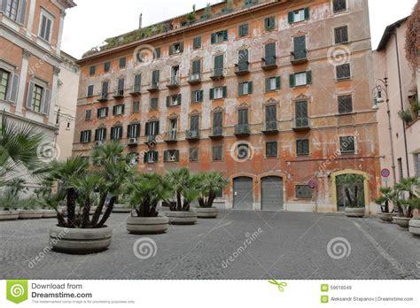 haus in italien altes haus mit fensterl 228 den auf fenstern in rom italien