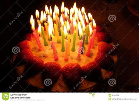 torta de cumplea 241 os con las velas del cumplea 241 os torta de la fresa del cumplea 241 os con las velas encendidas