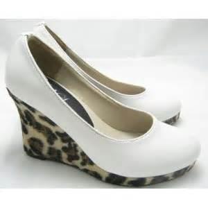Sepatu Santai Hak Tinggi model sepatu menggambarkan karakter seseorang pojok malam