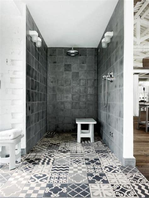 Attrayant Modele Salle De Bain Italienne #3: 1-salle-de-bain-avec-douche-italienne-sol-en-carrelage-blanc-noir-mur-en-dalles-gris.jpg