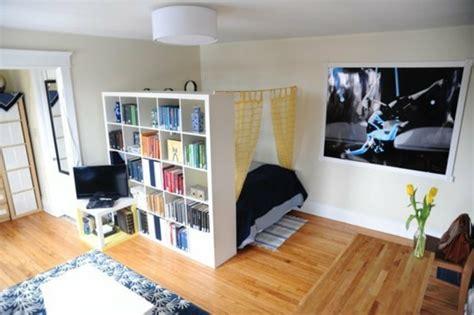 schlafzimmer und wohnzimmer in einem moderne ideen zur optischen trennung durch regal