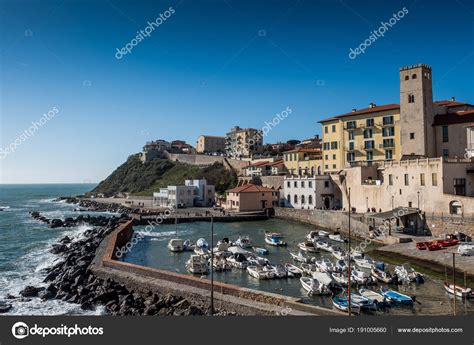 porto di piombino porto di piombino toscana italia foto editoriale