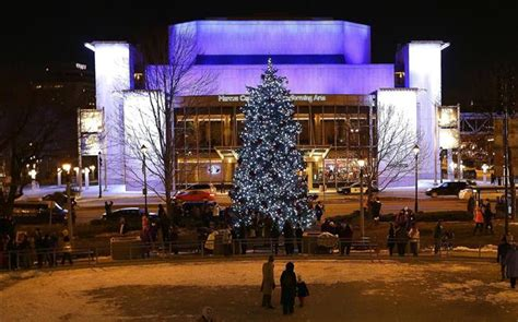 milwaukee kicks off holiday season with tree lighting