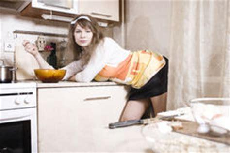 femme nue dans la cuisine femme au foyer dans le tablier pr 233 parant 224 la