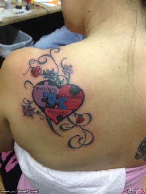 女性左后肩上拼图状的心开和藤蔓小花纹身图案