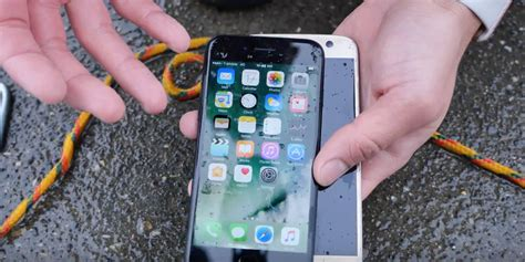 L Iphone 7 Resiste All Acqua by Iphone 7 Contro Galaxy S7 Chi Resiste Di Pi 249 All Acqua Iphone Italia